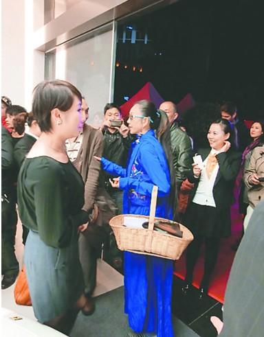 杨丽萍提菜篮逛法拉利车展高清图片