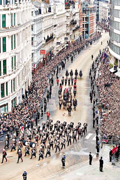 鐵娘子出殯   2300名人出席