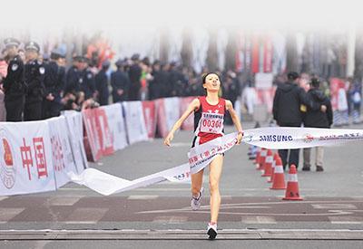 香港文汇报讯(记者 杨毅 重庆报道)2014重庆国际马拉松22日高清图片