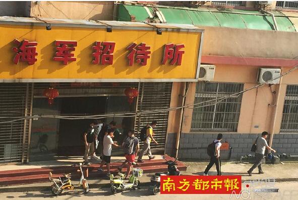 昨日下午,一名中年男子领著几名替考生前往另一考点附近的宾馆.-