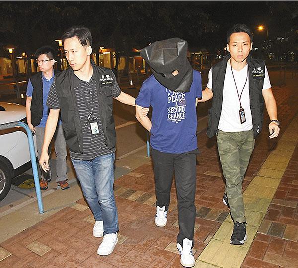 ■疑犯(右二)被蒙頭,由探員押解返回白田�h盛田樓寓所蒐證。
