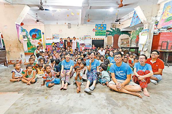 ■劉佩靜(前中)與同學到加爾各答一間學校義教,教授當地兒童簡單漢字。 筆者供圖