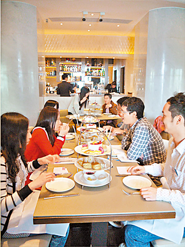 ■傳統餐桌約會是「6人約會」及「8人約會」,男士會每5分鐘轉移位置一次。資料圖片