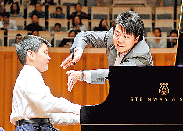 ■說某人「似乎」對音樂很有興趣,是一種主觀感想。圖為鋼琴家郎朗指導琴童。資料圖片