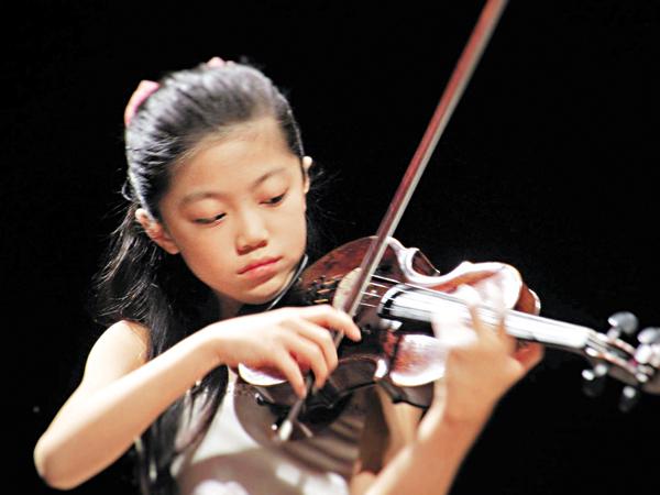■港10歲女生譚允靜於意大利安德烈亞.鮑思達契尼國際小提琴賽獲得大獎。大賽Fb專頁圖片