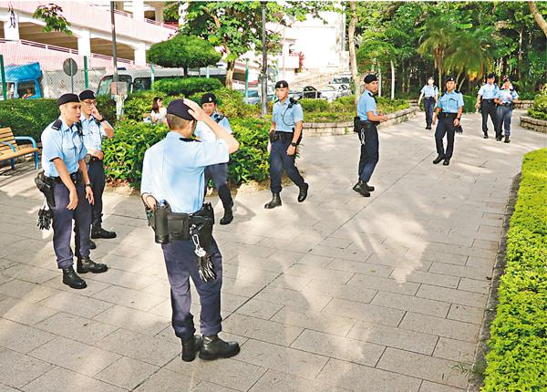 ■大批機動部隊警員到瀑布灣公園虐貓現場調查。 劉友光  攝