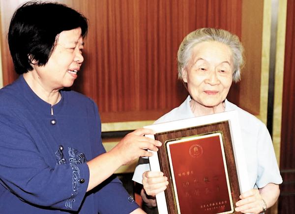 ■楊絳(右)的離世,是中國文壇一大損失。 網上圖片