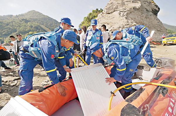 ■藍天救援隊利用強磁定位和水下攝像機,確定了沉船位置。目前初步認定,船內沒有生命跡象。 新華社