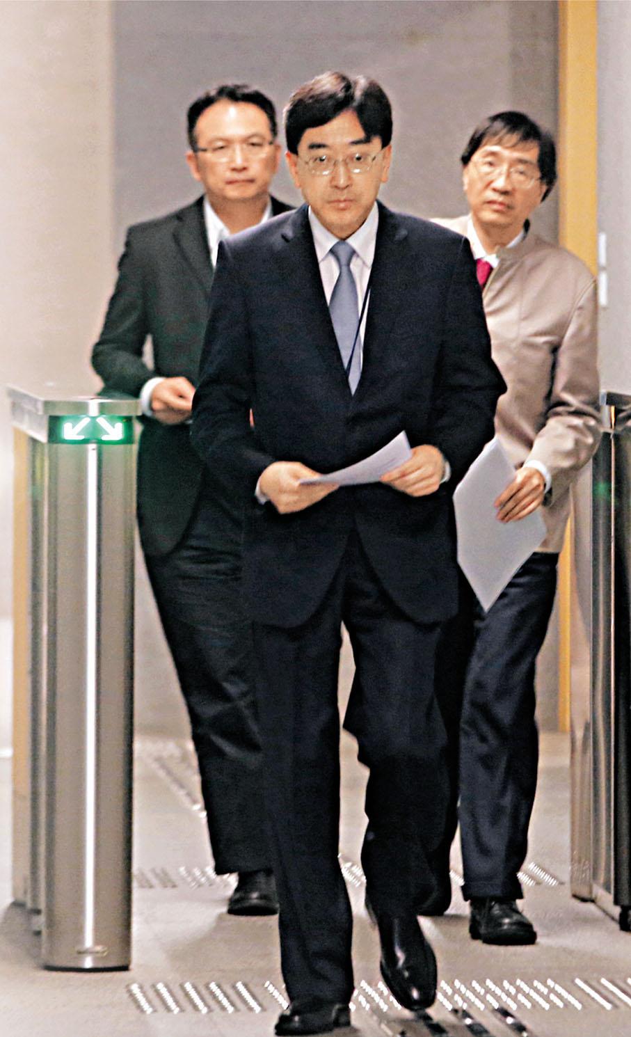 ■高永文(中)昨日開完禽流感跨部門會議召開記者會,希望公眾諒解政府的嚴謹檢驗措施。 莫雪芝  攝