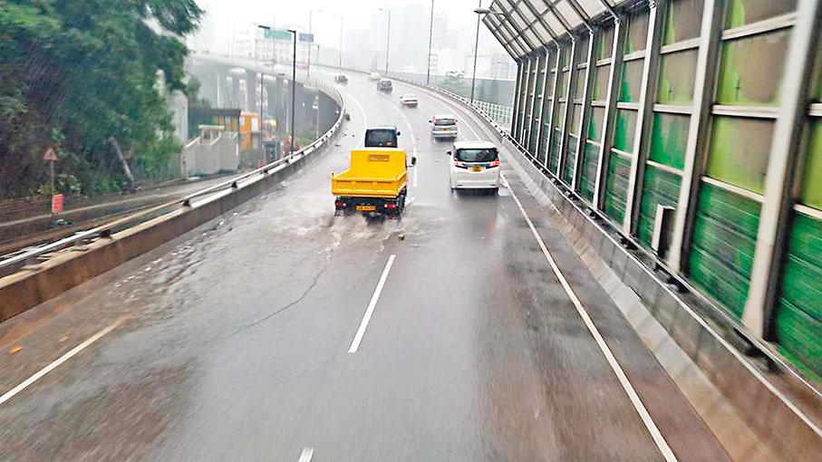 ■黃雨導致觀塘繞道部分道路出現積水。網上圖片