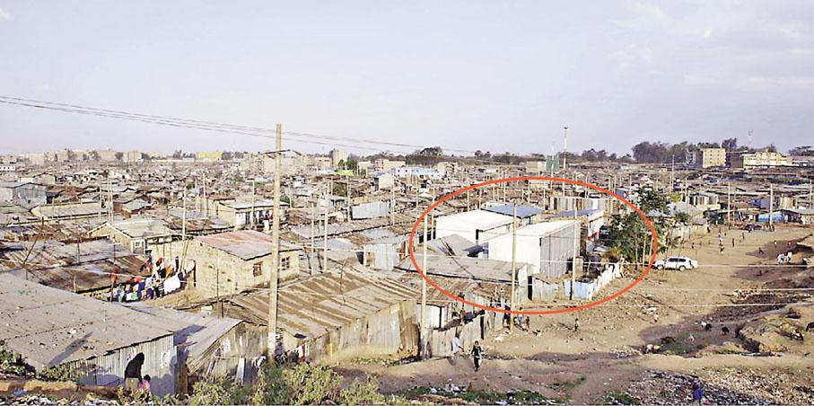 ■朱競翔在肯尼亞貧民窟的學校建築項目(紅圈),新式之餘亦能融入社區。 受訪者供圖