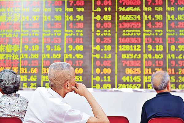 ■6月8日,成都股民在某證券行營業部關注大盤走勢。截至當日收盤,滬指下跌0.3%,報2,927點。 中新社