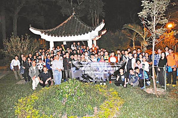 ■參與「星.夜.行」實地考察活動的同學,在大埔滘自然護理區觀賞螢火蟲後留影。 港大供圖