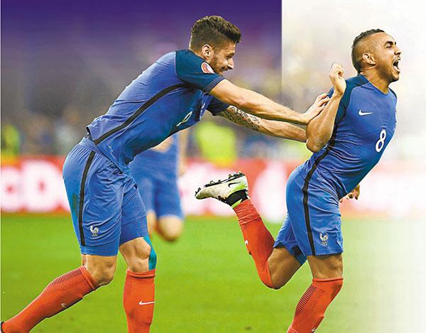 ■皮耶(右)與隊友基奧特慶祝入球。法新社