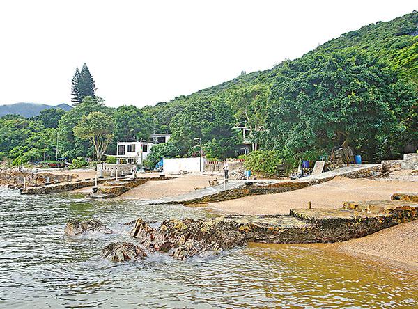 ■有傳媒揭發石澳東丫背村霸佔官地的獨立屋對開海邊興建了7個渡頭。資料圖片