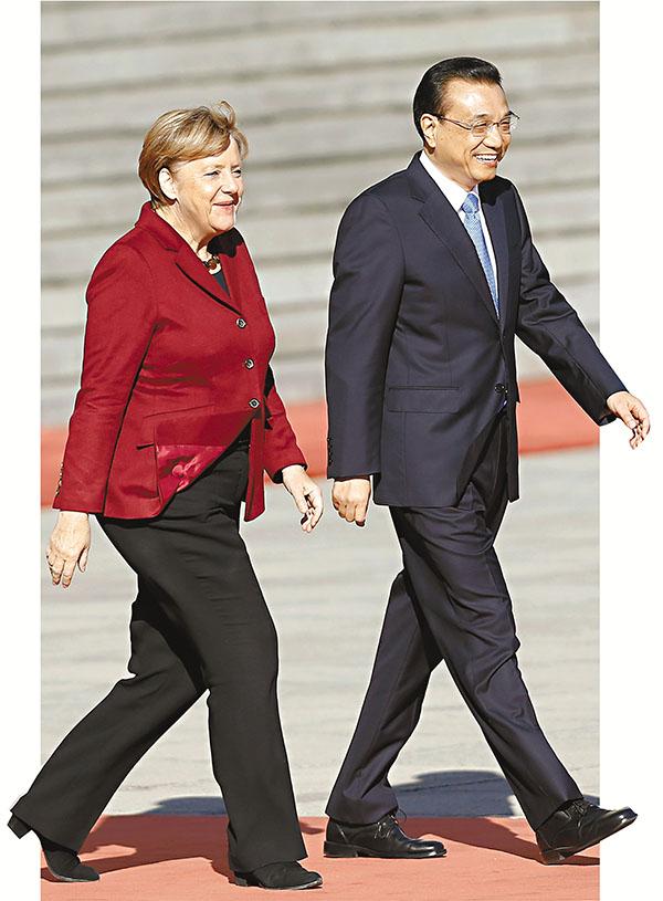 ■默克爾第9度訪華。圖為李克強去年10月在北京歡迎默克爾。資料圖片