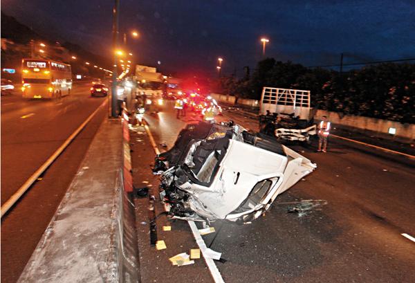 ■貨車失控猛撼路壆後解體,車頭駕駛室撞至脫落,與車身完全分離。