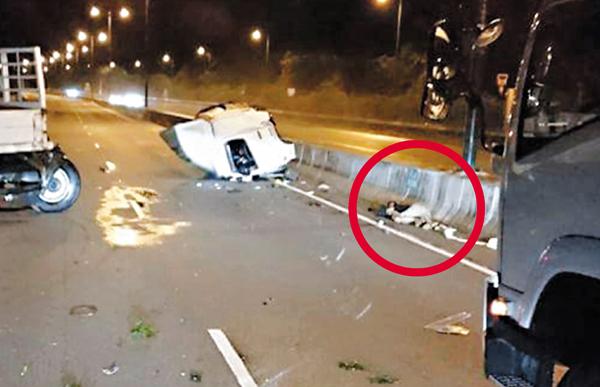 ■白色的駕駛室飛脫跌在快線,司機(紅圈)被拋出車外倒在馬路上。
