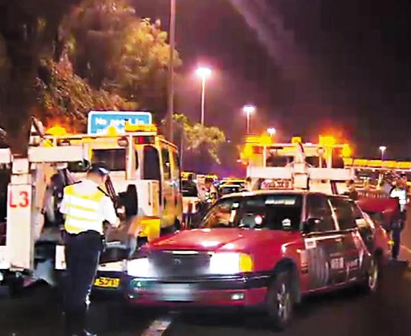 ■失控撞斃交通督導員的市區紅色的士。