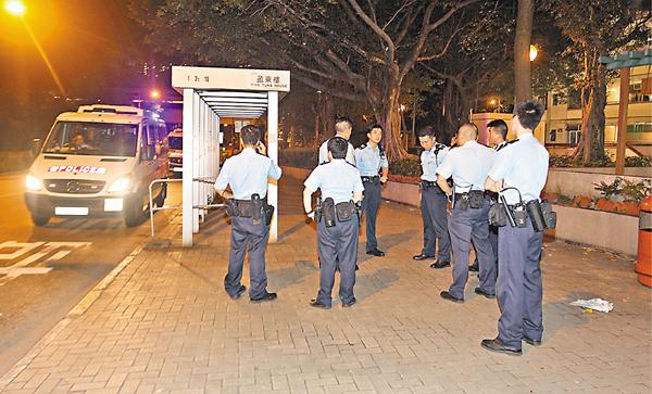 ■大批警方到街頭劫案現場兜截涉案4名青年。
