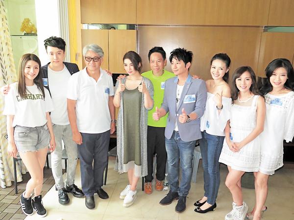 ■黃奕(左四)今次不收錢來支持冼國林(中)。