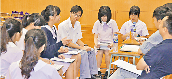 ■模擬面試後,學生分組檢討個人表現。