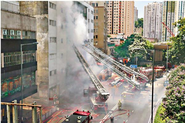 ■時昌迷你倉大火燃燒超過一日未熄,消防員仍在緊張撲救。 劉友光  攝