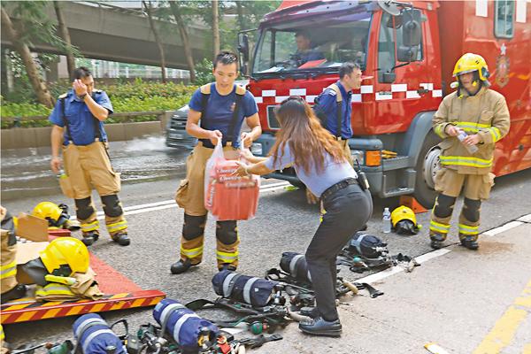 ■昨日不時有市民主動到救火現場送物資慰勞前線消防員。 劉友光  攝