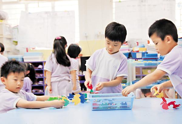 ■修訂指引建議幼稚園應避免對幼兒揠苗助長或進行操練。圖為幼稚園上課情況。 資料圖片