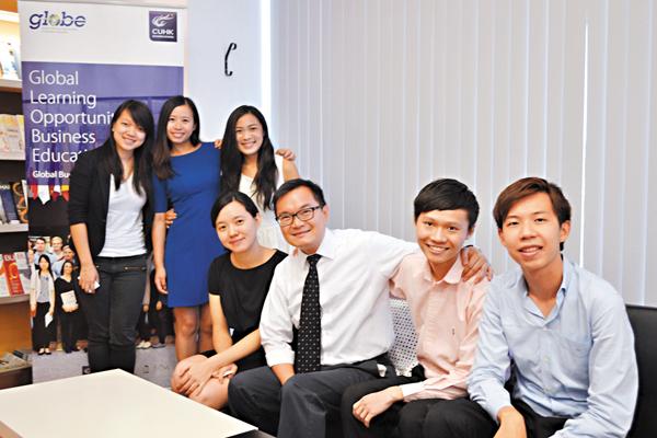 ■6位畢業生及本科生與賴漢榮(右三)一同分享在課程中的得�荂C 吳希雯  攝
