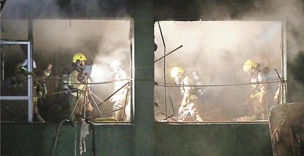 ■消防員繼續救火。彭子文  攝