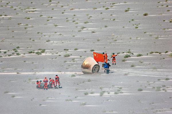 ■昨日,由長征七號運載火箭搭載升空的多用途飛船縮比返回艙在東風�茬偃鶡隢n戈壁區安全�茬陛C 新華社