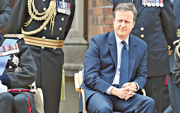 ■卡梅倫前日出席英軍巡遊,看似心事重重。 美聯社