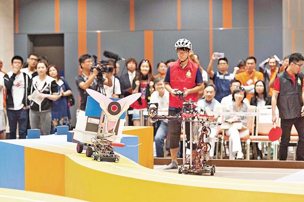 ■來自6間本地大學及大專院校的11隊參賽隊伍進行連番激烈的比賽,角逐全港大專生機械人大賽冠軍寶座。 大會供圖