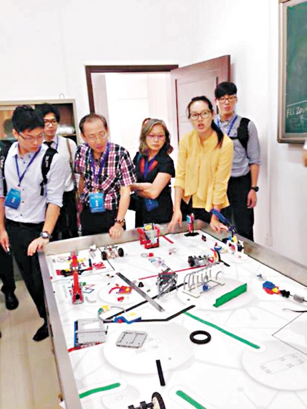 ■穗港澳科技教師廣州交流時參觀機械人教室。 大會供圖
