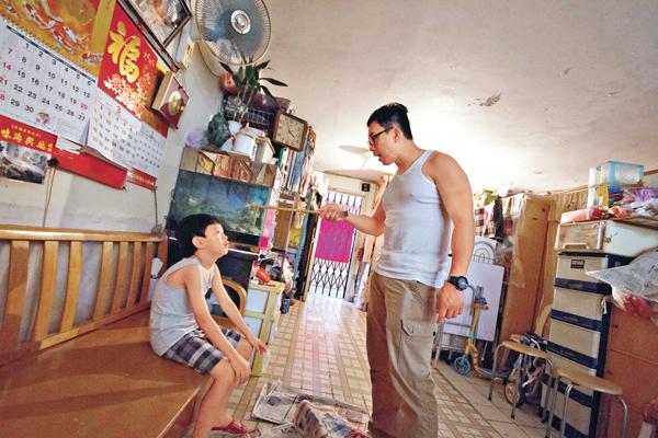■有調查顯示子女渴望得到父母的鼓勵。圖為父母管教子女模擬情節。 資料圖片