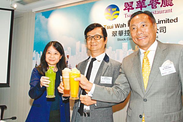 ■翠華控股主席李遠康(中)指,集團業績受環球金融市場波動影響。 張偉民  攝