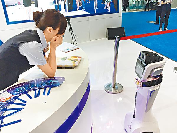 ■說話聲音甜甜的、戴著絲巾上崗的「嬌嬌」是交通銀行推出的機器人服務員。