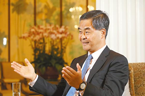 ■梁振英在接受訪問時強調,「一國兩制」可以保持香港優勢,又可借助國家優勢,是港人最大利益所在。 記者蔡文豪  攝