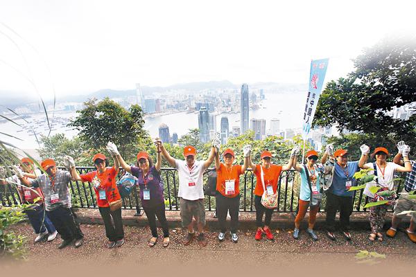 ■超過5,200人手牽手圍成3.5公里的一個大圈,讓愛心和正能量傳至維港兩岸。 劉國權  攝
