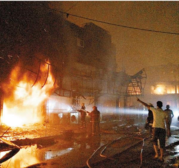 ■爆炸威力強大,消防員撲救大火。 美聯社