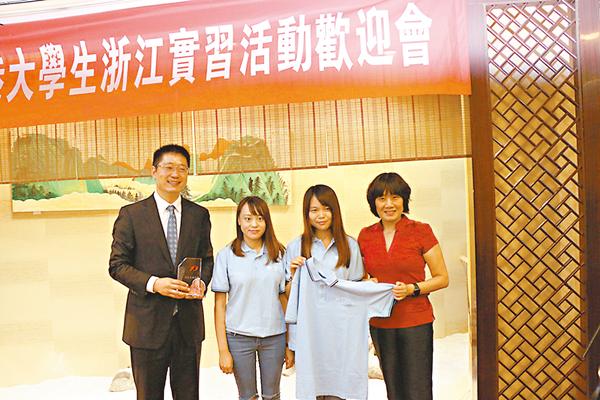 ■未來之星同學會向浙江省青聯贈送紀念水晶座。俞晝  攝