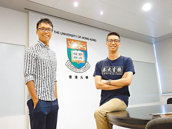 ■校友陳冠宏(左)分享學習和工作經歷。旁為二年級生林顯恩。黎忞  攝