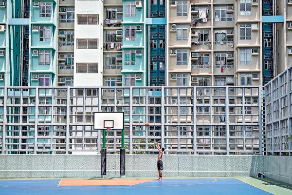 ■公屋連續第三次隔年加租10%,有市民指加重生活負擔。圖為本港公共屋�h。 資料圖片