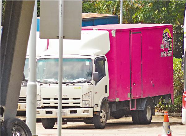 ■懷疑故意倒車撞平治的「粉紅貨車」,被拖返大欖汽車扣留中心等待檢查。