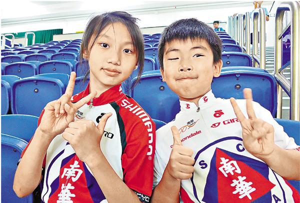 ■小學生陳泓熙(左)和吳文�漶]右)均喜愛玩獨輪車,希望未來有機會到外國交流。 岑志剛 攝