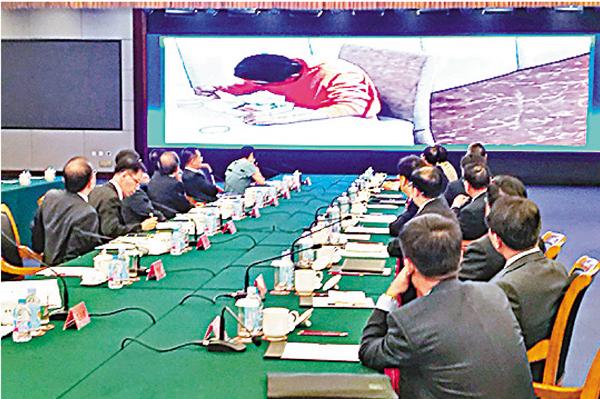 ■警方向港府訪京團通報林榮基案,大屏幕顯示林榮基在監視居住期間的視頻。 馬靜  攝