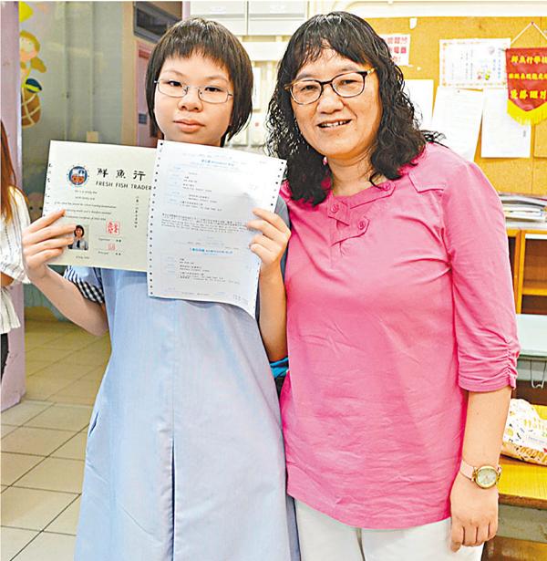 ■嚴老師(右)對胡穎照顧有加,為她考到第一志願感高興。吳希雯  攝