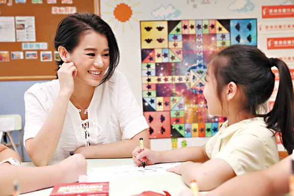 ■杏兒耐性地與小朋友交流。