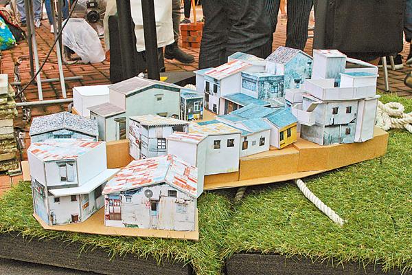 ■「多磨建社」兩位建築師馬潔怡和Mark Kingsley動手製造的屋仔模型。 洪嘉禧 攝